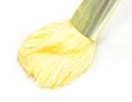 【2】ブラシを湯から引き出し、タオルを軽くなでて、シルクの毛先を平たく整えます。
