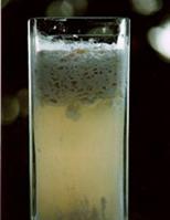 エリクサー水を加え固形物(カード)とホエーが分離した牛乳