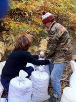 とった栗は袋に詰めて運びます。山の斜面なのでコンテナーなどでは無理。