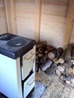 乾燥小屋の下はこのようにストーブがあります。栗の木の薪でストーブを炊き、小屋の中を温めます。薪は栗の木でないとだめだそうで他の種類でやるとおいしく乾燥できないとの事。