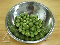 有機明日葉粉末:まるめたもの茹でて冷まします
