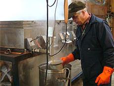 樹液から煮詰めたメープルができあがる瞬間です。