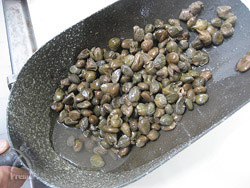 シチリア産の海の塩を30%加え傷がつかぬように混ぜる