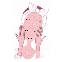 顔全体に吹きかけた後、手で神秘の水を叩かずに顔になじませます。