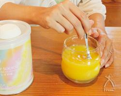 冷たいオレンジジュースに入れても、数秒で溶けます。