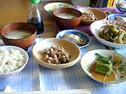 伊藤さんのお宅でお昼をご馳走になる。食卓に上がる食べ物はすべて大地のエネルギーに満ち溢れている。