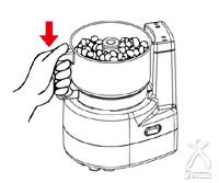 材料をカッターの上に入れ、容器を本体の上にのせます
