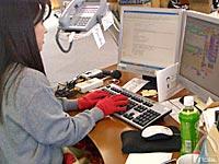 「赤ちゃんの手」をはめてお客様に心のこもったメールを返信中!