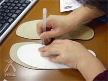 知恵ウォーカー:かかとを揃えて、ペンで型紙の形をインソールに描き写す