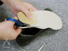 知恵ウォーカー:靴に合うようにザクザク切り落とす(かかと部分は切っちゃだめ!)