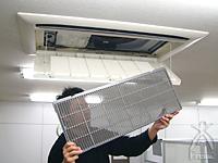 ハイブリッドファン:空調機のフタを空け、フィルターを取りはずします