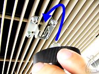 ハイブリッドファン:エアコンの台座にファンユニットのナットを奧まで差し込みます。
