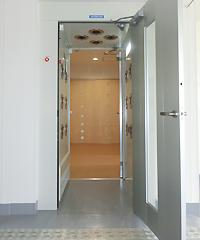 スタッフは工房に入る前、必ずエアーシャワーを通ります。