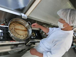 和食の職人が揚げをだし汁で煮ています(全ての味の最終確認は職人が行うため、安定した商品を供給できます)。