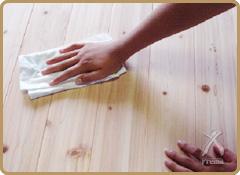 塗布する材をきれいに乾拭きをして、ゴミやホコリを取り除いて下さい。