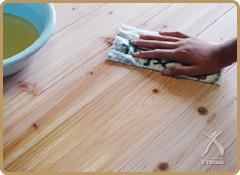 薄く擦り込む(磨く)ように、板目に沿って塗ってください。