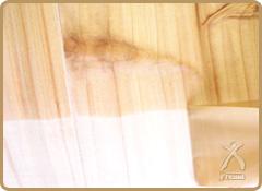 キヌカは含浸力が強いため、養生テープを貼ってあっても、木の接点部分内部より浸透し、塗布していない部分に染み出ることがあります。