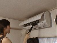 掃除機でエアコン内部のほこりを取る