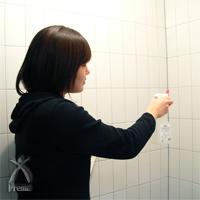 ミラクリーン:ニオイが気になるトイレの壁に思いっきり噴射中!