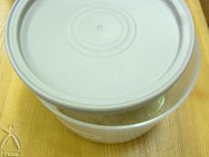 蓋をちょっと開けて常温に置き1週間〜10日ほど熟成させます(1日1回はかきまぜください)できあがったら、冷蔵庫で保存して下さい