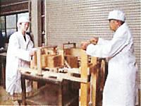 肌和み:石鹸を木型から取り出し、ピアノ線で切る