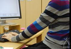 机が10センチ低かったらどうでしょうか。これだけで肩が下がり、楽になります。 肩が上がらないということはとても重要で、この状態が保てる机の高さを作りたかったわけです。